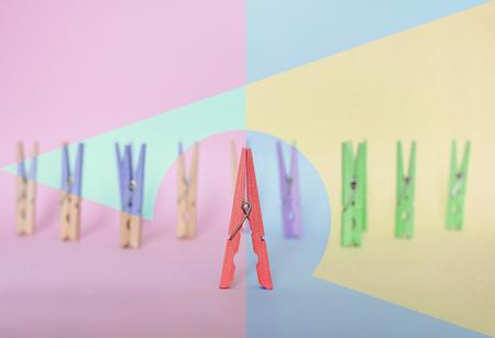 Einzigartig, Individualität, Führung und ein anderes Konzept denken. Ein Holzclip Unterschied zu anderen Clips, mit unterschiedlicher geometrischer Form in Vintage Pastellfarben Standard-Bild