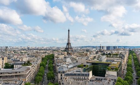 De stad van Parijs in Frankrijk met de iconische toren van Eiffel en symbool van Frankrijk in de zomer