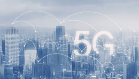 5G wireless internet technology in the city Imagens