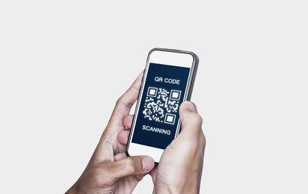 Pagamento e verifica della scansione del codice QR. Mano utilizzando lo smartphone mobile scansiona il codice QR, isolato