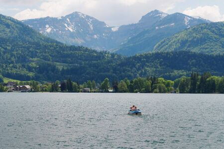 Summer landscaped, family sailing boat in lake with mountain view at Hallstatt, Austria in summer 版權商用圖片