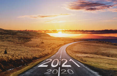 2021 and 2020 on the empty road at sunset. New Year concept Standard-Bild