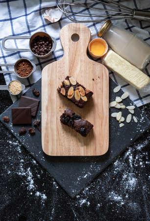 Chocolate brownies, with ingredients. Homemade dessert and bakery 版權商用圖片