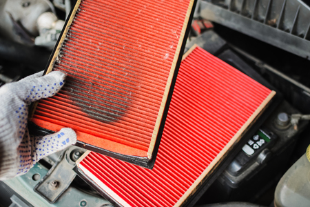 mechanic replaces dirty air filter in the car Banco de Imagens