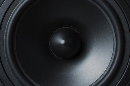 Nahaufnahme von Membran-Sound-Lautsprecher auf schwarzem Hintergrund