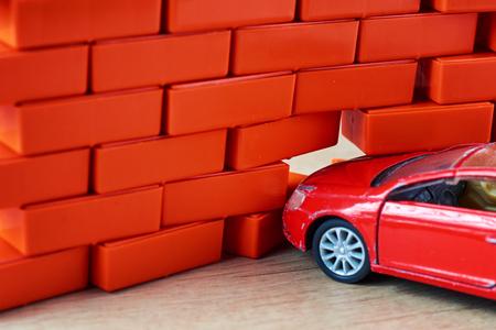 carr crash accident. Automobile hit a brick wall. Car insurance concept Banque d'images - 114389709