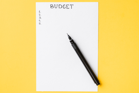 Planning budget concept. Notepad with word budget and checklist on yellow background Imagens