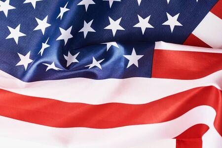 Zamknij się macha flagą amerykańską narodową usa jako tło. Koncepcja Dnia Pamięci lub Niepodległości lub 4 lipca