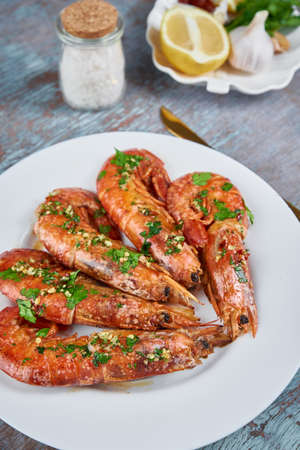 Grilled large queen shrimps with lemon and spices on plate Zdjęcie Seryjne