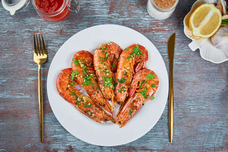 Grilled large queen shrimps with lemon and spices on the plate Zdjęcie Seryjne