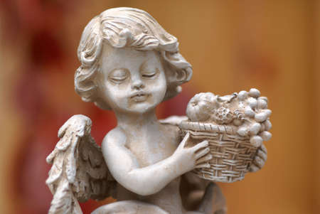 fruitmand: Little Angel beeld met fruitmand.