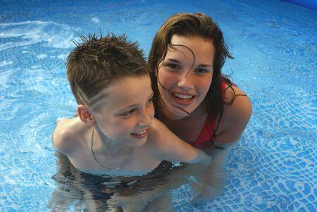 Close-up van broer en zus in het water.