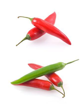 papryczki: Bukiet Chili Peppers wyizolowanych na białym tle. Zdjęcie Seryjne