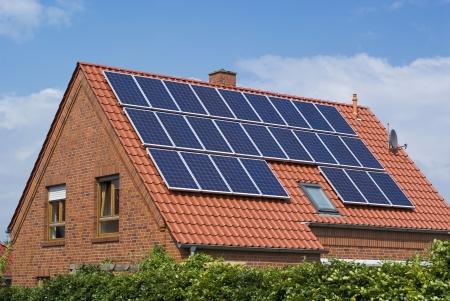 paneles solares: Paneles solares en el tejado de una casa.