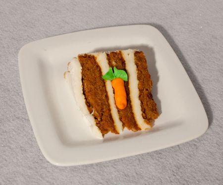 wortel taart op witte plaat