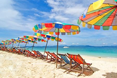 Chaises de plage et parasol coloré sur la plage en journée ensoleillée, Phuket Thaïlande