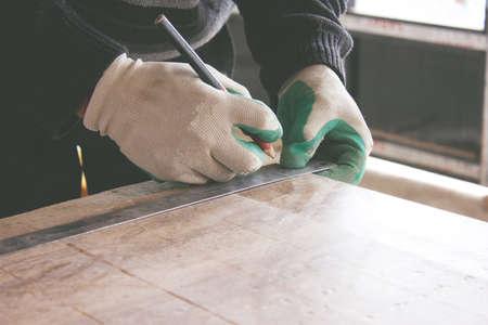man marks the tile tile with a pencil Zdjęcie Seryjne