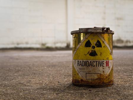 Verval van oude container met radioactief materiaal Stockfoto