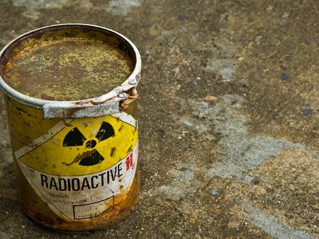 Désintégration du vieux conteneur de matériel radioactif