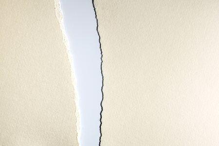 間隔を離れて引き裂かれたホワイト ペーパー 写真素材 - 78053037