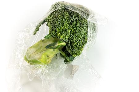 Frische Wrap schützen für Brokkoli Gemüse durch Plastikfolie Standard-Bild