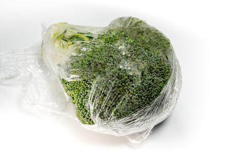 Frische Wrap schützen für Brokkoli Gemüse durch Plastikfolie
