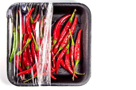 Roter Paprika in der Schaum- und Plastikverpackung Standard-Bild