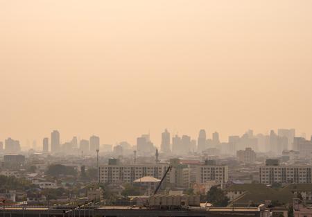 Bangkok, Tailandia - 13 de febrero de 2018 Horizonte urbano del centro de la ciudad de Bangkok en la niebla o el smog. Imagen de vista amplia y alta de la ciudad de Bangkok en la luz suave
