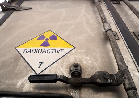 Panneau d'avertissement de rayonnement sur l'étiquette de transport de matières dangereuses classe 7 au conteneur en aluminium du camion de transport Banque d'images