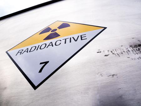 Panneau d'avertissement de rayonnement sur l'étiquette de transport de matières dangereuses classe 7 au conteneur en aluminium du camion de transport