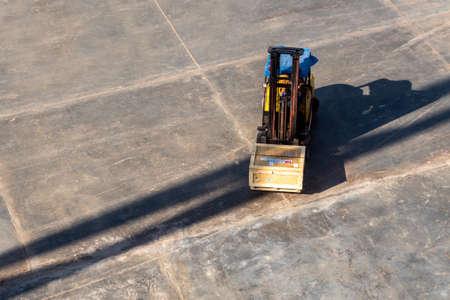 folklift working with radioactivity instrument holder transportation wooden box Standard-Bild