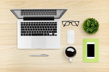 Immagine piatta di un tavolo da ufficio hipster con laptop, smartphone, gadget e forniture. Vista dall'alto.