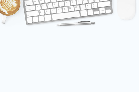 Tavolo da ufficio minimale bianco con tastiera per computer, mouse, caffè latte e penna. Vista dall'alto con copia spazio, piatto. Archivio Fotografico