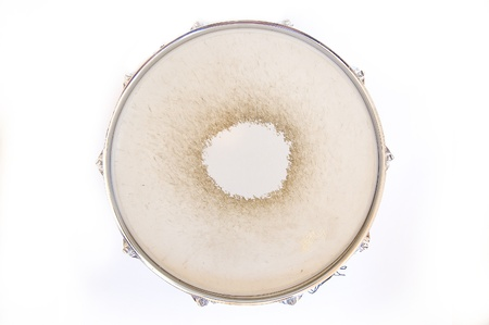 tambor: Drum conceptual image. Snare drum on isolated background.