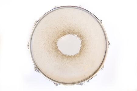 Drum conceptuele afbeelding. Snare drum op geïsoleerde achtergrond.