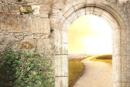 Oude en nieuwe oude poort naar het nieuwe leven Stockfoto