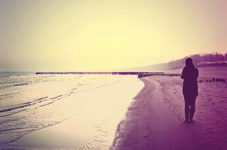 persona caminando: Emoci�n imagen conceptual. Mujer sola que recorre en la playa.