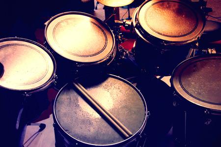 bateria musical: Tambores de imagen conceptual. Imagen de tambores y baquetas mienten en caja. Cuadro retro vintage.