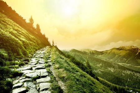 luz solar: Montanhas. Fantasia e paisagem da natureza colorfull. Imagem conceptual da natureza.