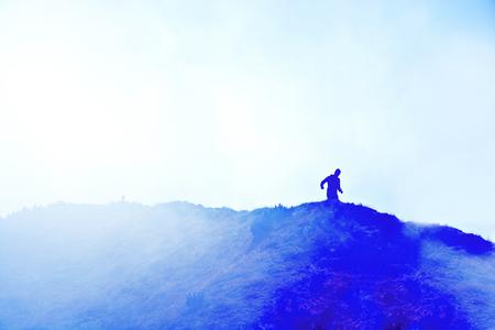 gente corriendo: Corredor en las montañas. Imagen conceptual del deporte. Cuadro abstracto de la vendimia. Foto de archivo