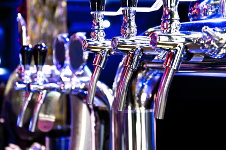 jovenes felices: Alcohol imagen conceptual. dispensador de cerveza en el bar.