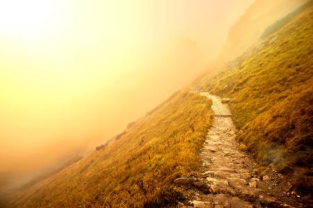 naturel: Brouillard dans les montagnes. Fantastique et le paysage de la nature coloré. Nature image conceptuelle.