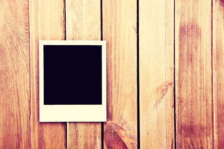 Instant blank polaroid photos frame on wooden background. Free copyspace. Vintage retro. Standard-Bild