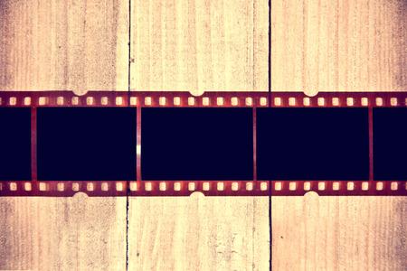 rollo pelicula: La película fotográfica en el fondo de madera. Instagram cuadro retro vendimia. Foto de archivo