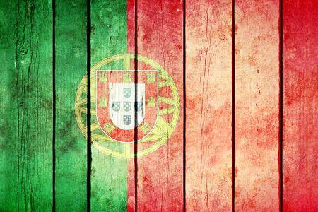 bandera de portugal: Portugal bandera del grunge de madera. Portugal bandera pintada en los viejos tablones de madera. foto retro vintage de mi colección de banderas. Foto de archivo