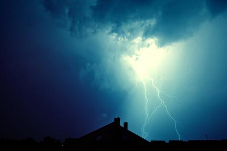 극적인 하늘과 폭풍입니다. 번개가 집에 부딪쳤다. 자연 개념의 힘입니다.