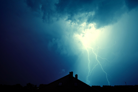 Dramatische hemel en storm. Bliksem sloeg het huis. Macht van aard concept. Stockfoto