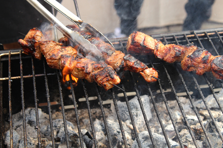 Closeup of some meat skewers being grilled in a barbecue. 版權商用圖片