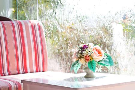 Bloem vaas op witte tafel met waterstroom muur