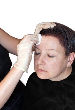 pulizia viso: Close up ritratto di donna con gli occhi chiusi di ricezione pulizia del viso